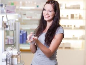 kvinna köper parfym
