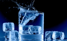 icy-blue-glass-cup-water-ice-cubes-splash_2560x1600