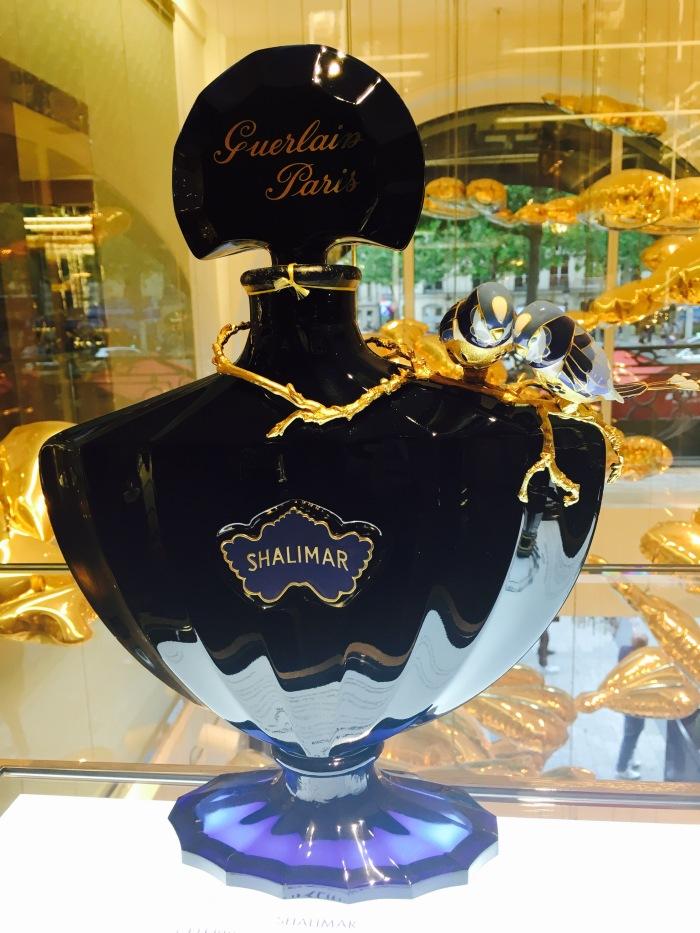 Shalimarflaska i Guerlainbutiken på Champs Elysees