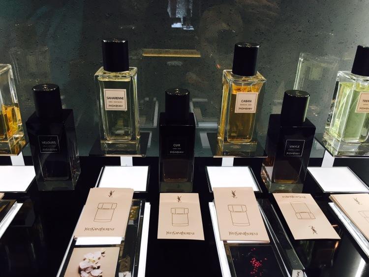 Yves Saint Laurent, Le Vestiaries des Parfums: Velours, Cuir och Vinyle. I bakgrunden den tidigare Le Vestiarie-linjen.